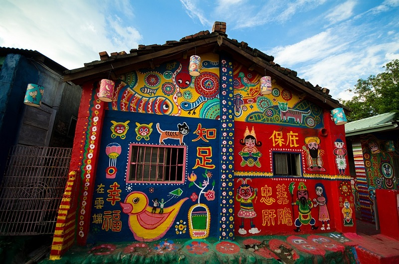 Taichung completes roof repair work for tourist magnet in central Taiwan--Rainbow Village