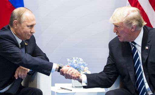 普丁與川普在G20漢堡高峰會上首次會面握手 (美聯社)