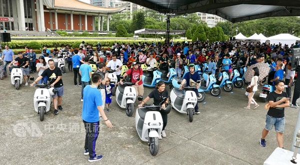 Gorogo held delivery events to hand more than 1,000 scooters to its customers across Taiwan. (Source:CNA)