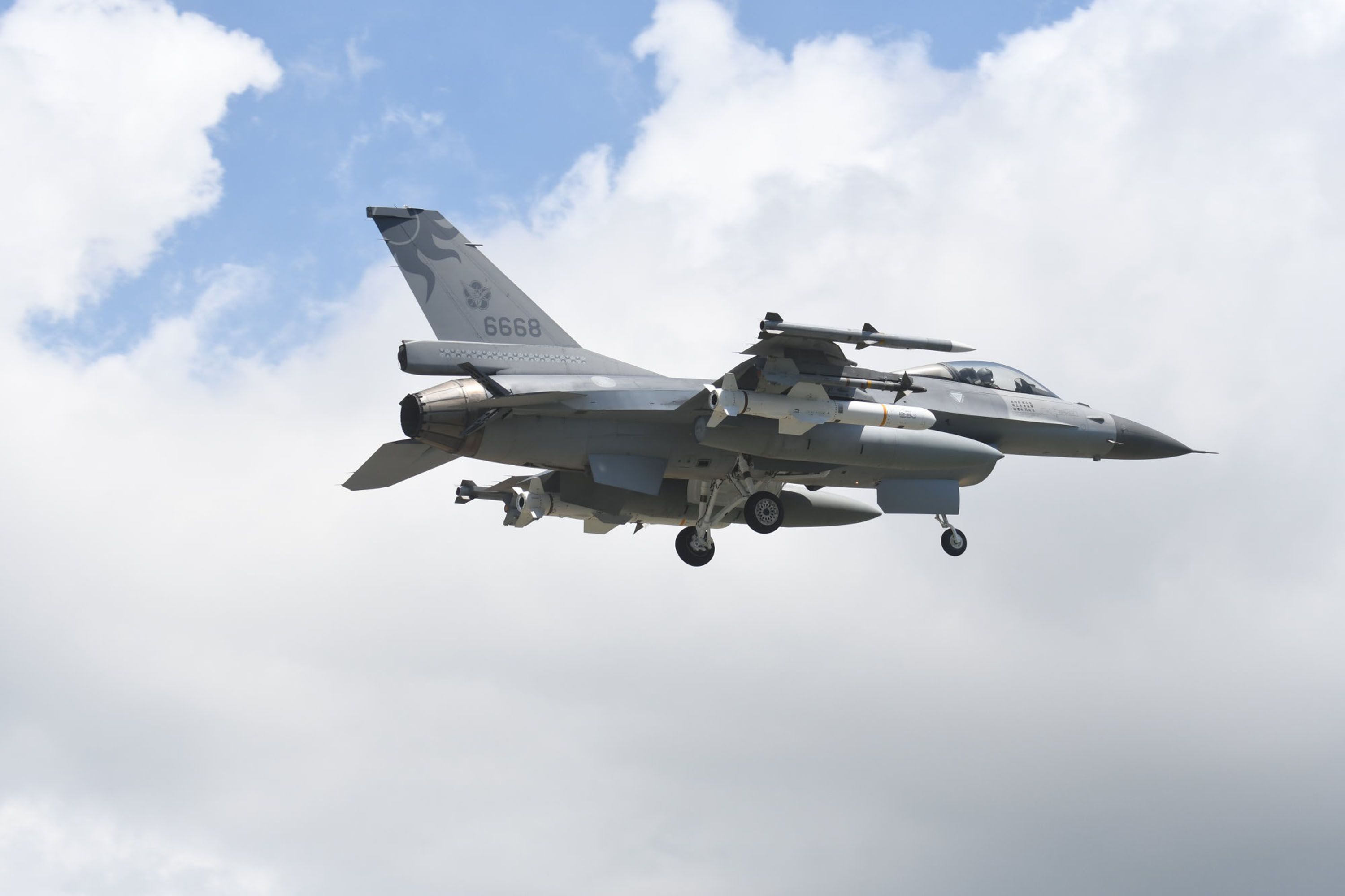 One of Taiwan's F-16s, snapped during the passing of the Liaoning.
