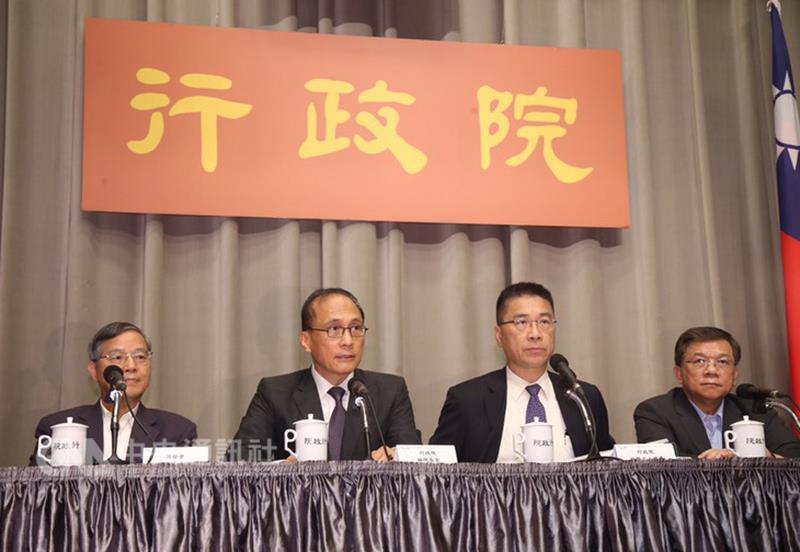行政院長林長 (左二)
