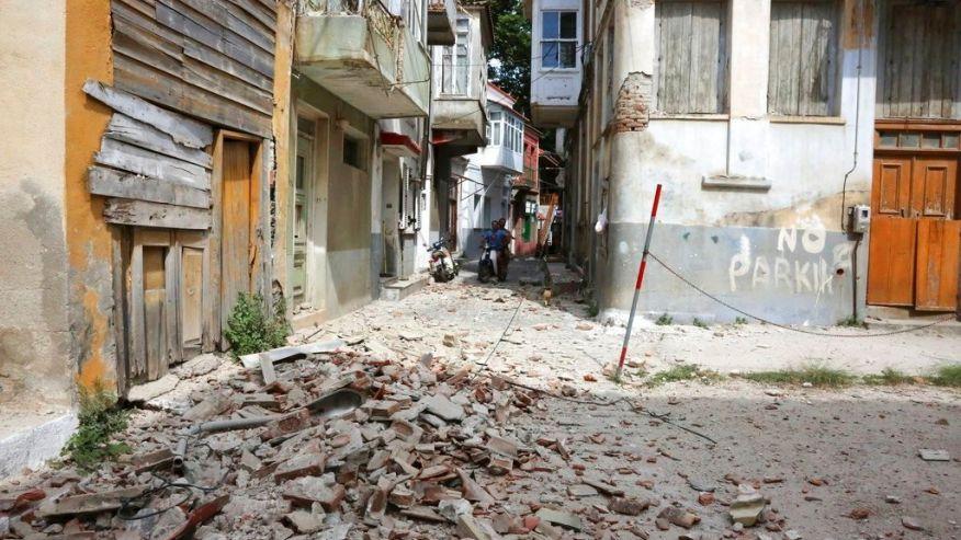 地震後一片狼藉的希臘街道