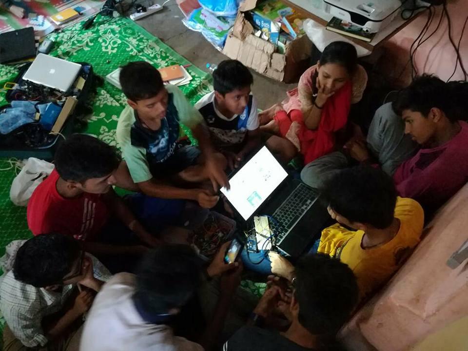 居住於全球最大的貧民窟之一的孩子,正在學習編碼和自己寫App。(圖片來源:Dharavi Diary粉專)