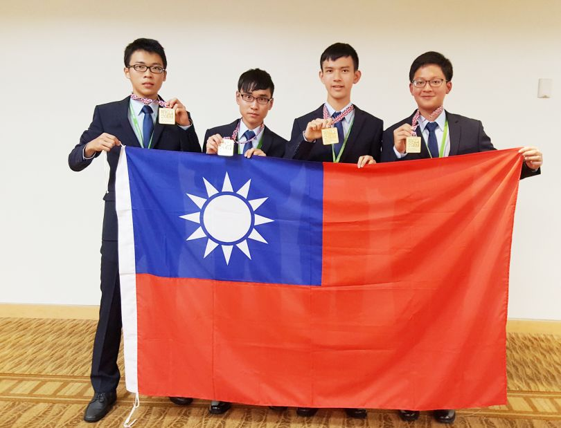 Taiwan participants in the 28th International Biology Olympiad display the national flag and their gold medals July 29 in Coventry, U.K. (Courtesy of ...