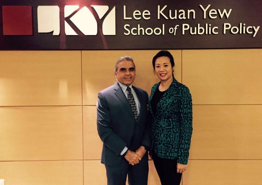 新光人壽吳欣盈副總經理(右)與新加坡國立大學李光耀公共政策學院Kishore Mahbubani馬凱碩院長(左)。