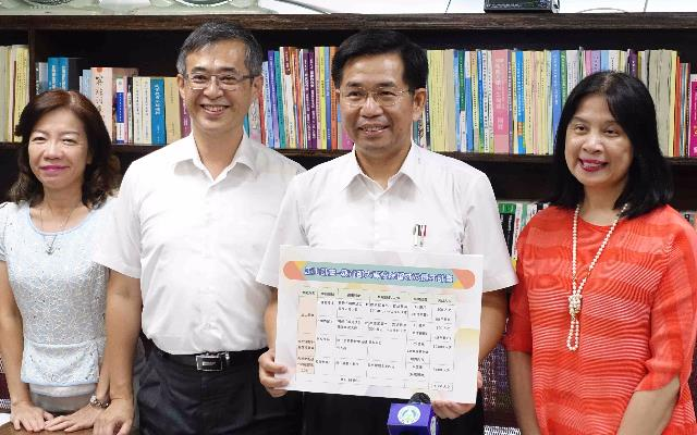 MOE Minister Pan Wen-chung (third left) displays a chart detailing the proposed Yushan Project Aug. 2 in Taipei City. (Courtesy of MOE)