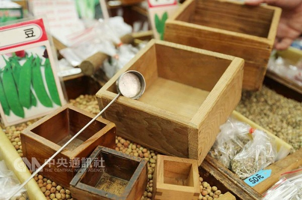 Hualien City's Huang Yutai seed shop owner Huang Fu-ling says over 30 years ago the author San Mao played with the spoon, and told the owner never to ...