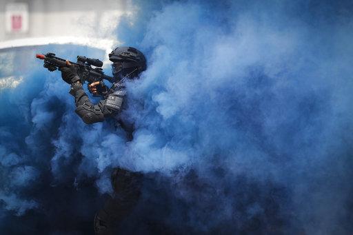 馬來西亞警方在7月為東南亞運動會做準備,進行反恐演習(AP)