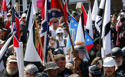 一名美國大學教授被誤認為是「白人至上主義者」在維吉尼亞州的示威現場,照片被發佈到社群媒體上並引來大批網友攻擊。(圖片來源:AP)