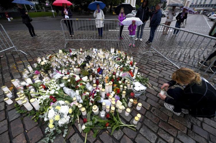 傷人事件發生後,民眾在庫爾圖街頭替死者祈福(AP)