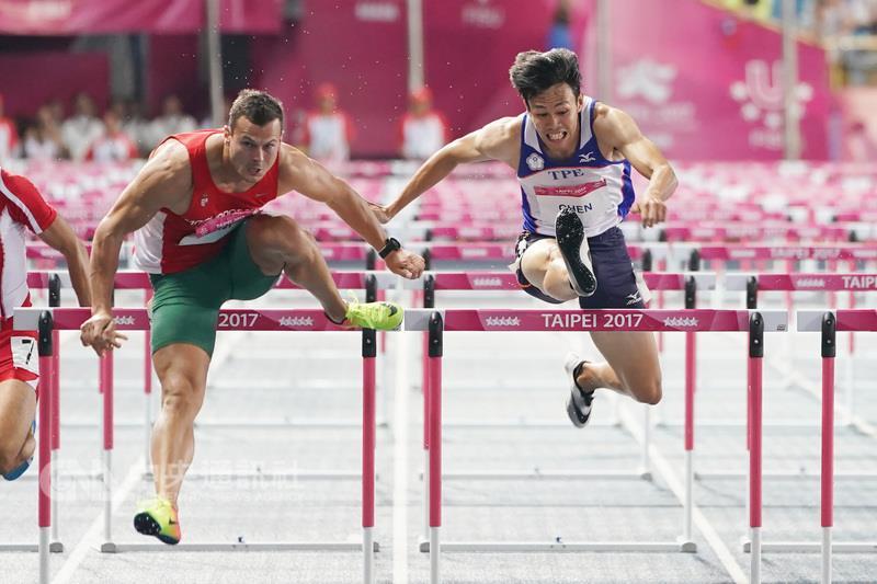 2017台北世大運田徑男子110公尺跨欄決賽27日晚間登 場,中華隊好手陳奎儒(中)跑出破全國紀錄的13秒55 佳績,摘下銀牌。