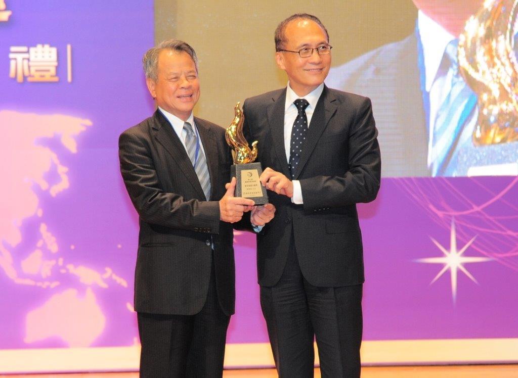 富邦產險董事長陳燦煌(左)獲終身成就卓越獎榮耀,由行政院院長林全頒發獎座。(照片由富邦提供)