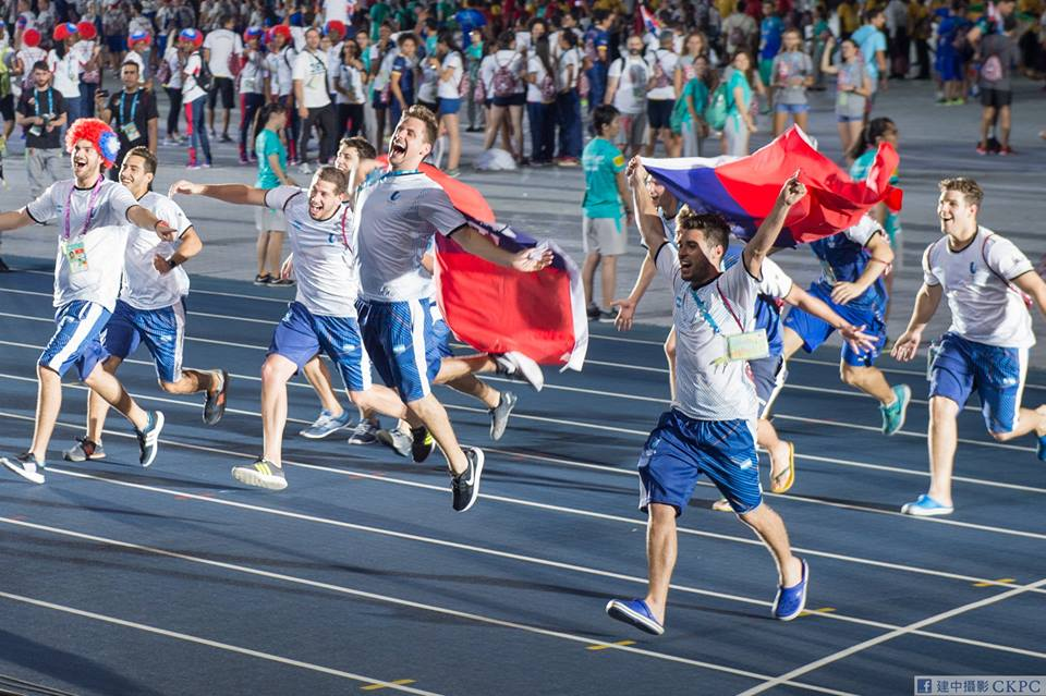 Argentine athletes carrying Taiwanese flags rush the crowd. (www.facebook.com/ckpc.tw)