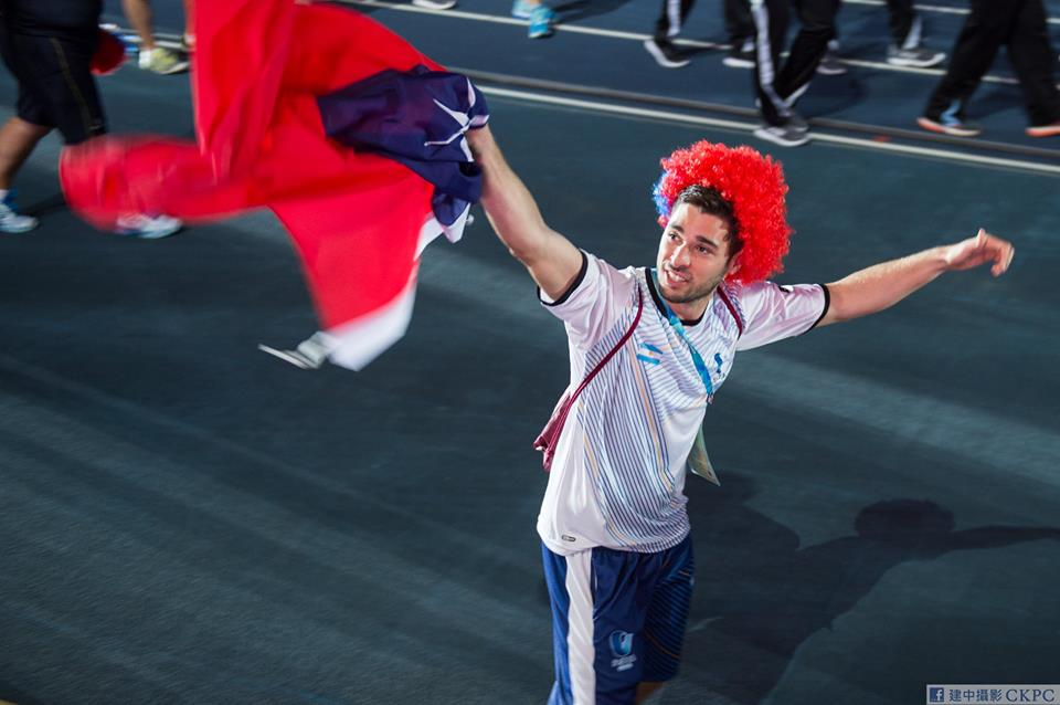 Taiwanese fans toss Taiwan flag to Argentine athlete. (www.facebook.com/CKPC.tw)