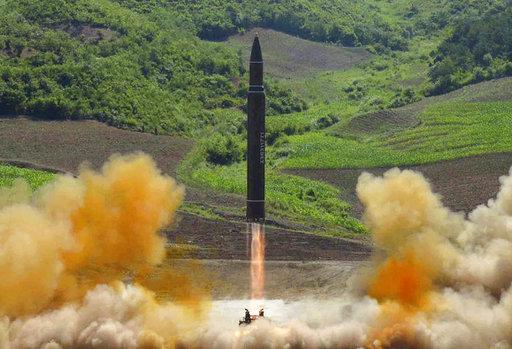 圖為北韓當局發布,據稱為今年7月4日,火星-14 洲際彈道飛彈發射的照片。美聯社