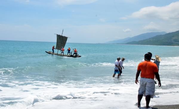 Solomon Islanders pilot a replica of an Amis bamboo raft.