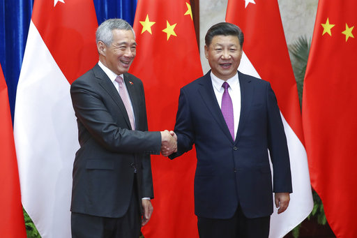 中國國家主席習近平(右),20日在北京會見來訪的新加坡總理李顯龍(左)。美聯社