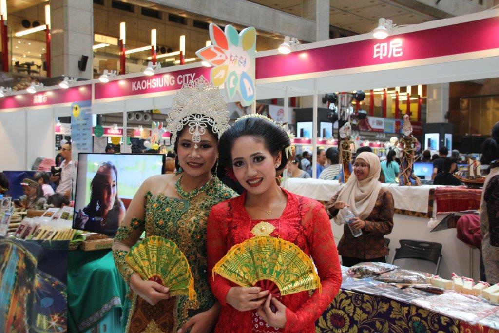 印尼著傳統服裝於現場和民眾合影