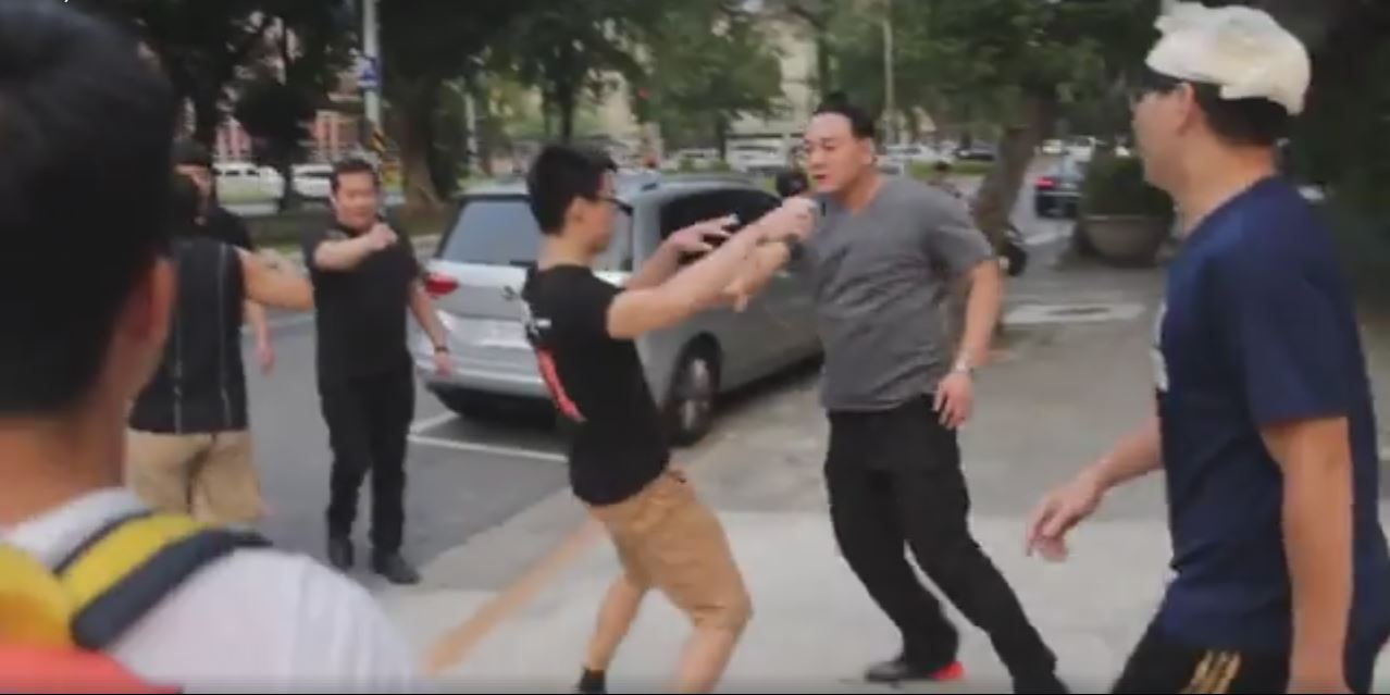 Still of Chang Wei in altercation with students. (台灣共識 台灣成真 FB page)