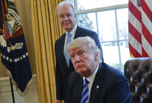圖為普萊斯(立者)與川普在白宮合影。  美聯社