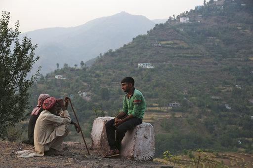 數名自殺攻擊者攻擊喀什米爾的斯里納加(Srinagar)印度軍營,造成3名邊防特種部隊的印度士兵受傷、兩名攻擊者死亡。(圖片來源:AP)