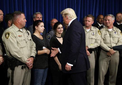 川普昨(4)天前往拉斯維加斯探視美國近代最慘重槍擊案的倖存者,並宣布「舉國哀悼」。但在回應記者提問時避開敏感的槍枝管制問題。(圖片來源:A...