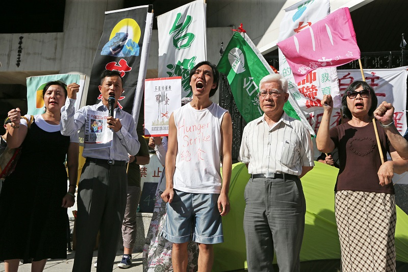 Hong Kong political dissident Lui Chi-hang (center) began a seven-day hunger strike at Taiwan's legislature on Tuesday night.
