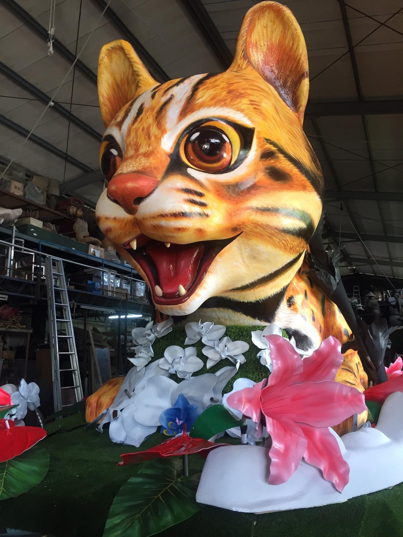Le chat-léopard à la parade flotteur le jour de la Fête Nationale