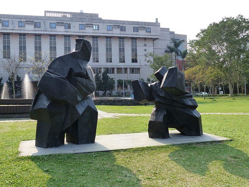Ju Ming work at the Academia Sinica in Taipei (photo courtesy of Hsuan Shih-sheng 玄史生)