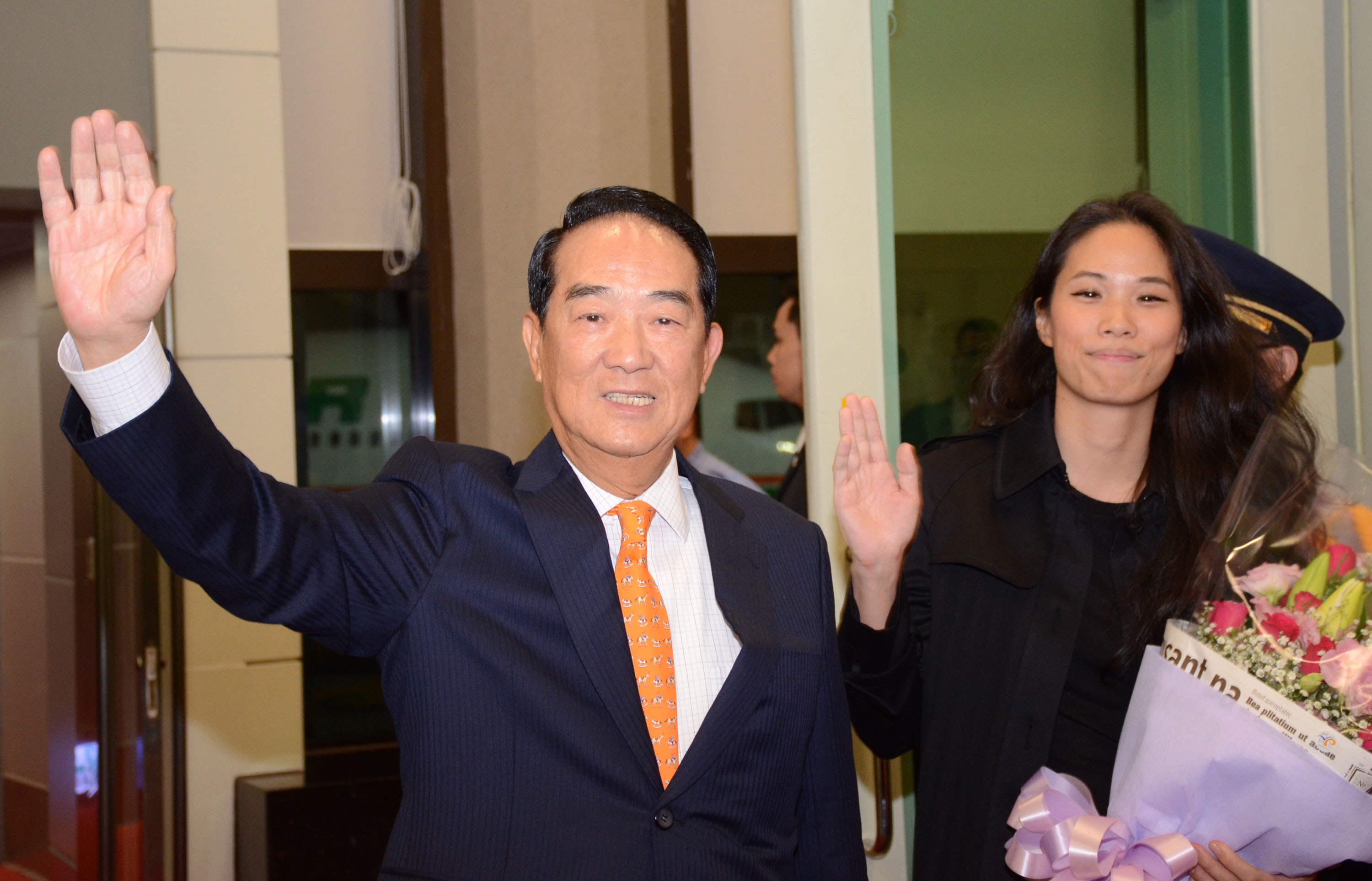 James Soong returning from the 2016 APEC summit with his daughter.