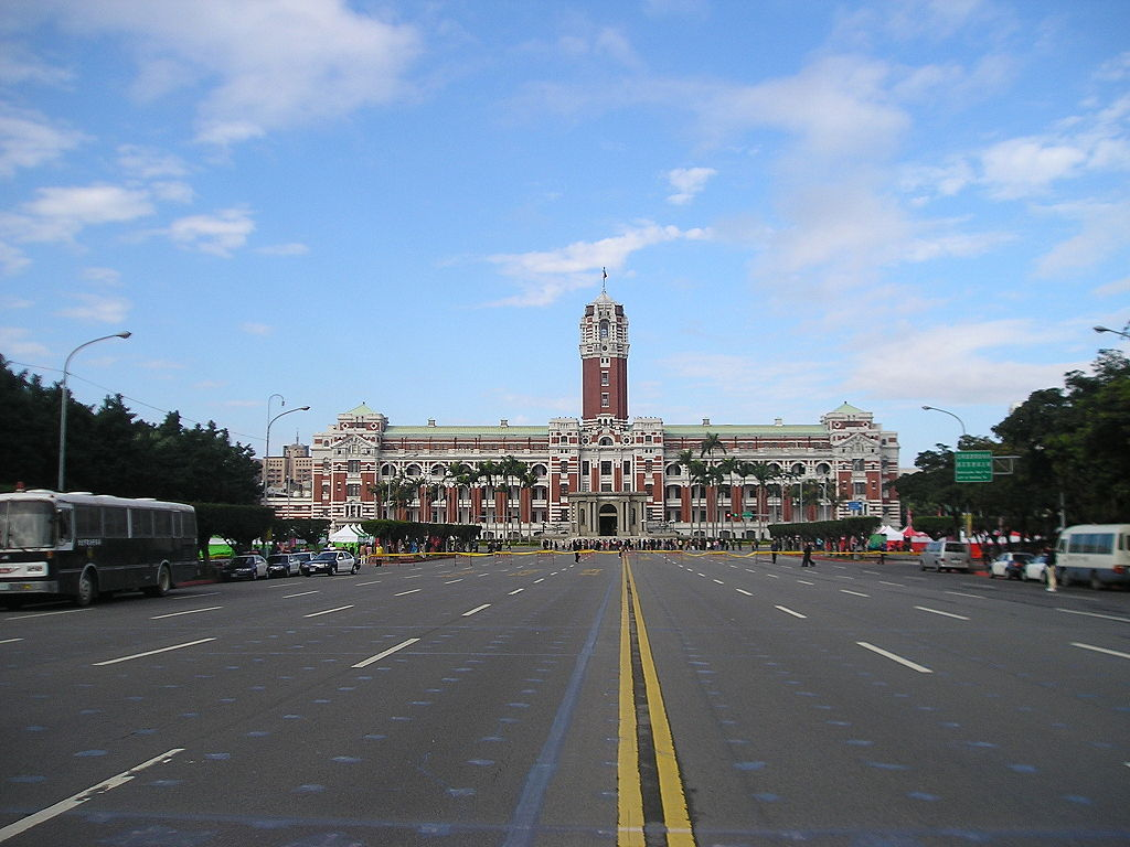 Ketagalan Boulevard in front of the Presidential Office Building (photo courtesy of Kamakura).