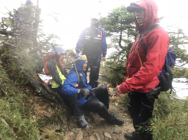 A woman died on Sunday after allegedly beginning to suffer from hypothermia and acute mountain sickness on Friday when her team was climbing Pintian M