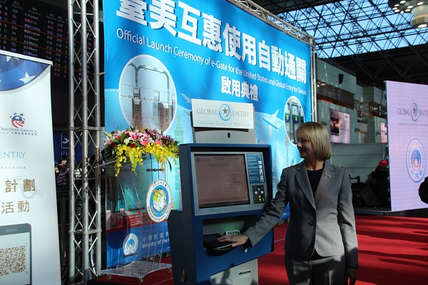 An official demonstrates how to use the kiosk of the Global Entry Program. (Teng Pei-ju/Taiwan News)
