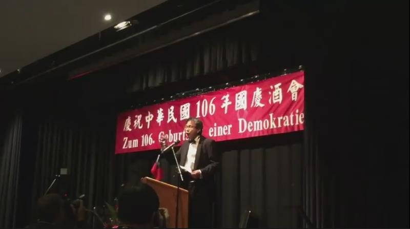 駐德國代表謝志偉今年舉辦國慶酒會中掛的紅布條,德文寫著「慶祝一個民主政體的106年生日(Zum 106. Geburtstag einer
