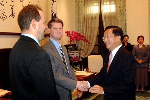 Randall Schriver (center) visiting then-President Chen Shui-bian (right) in 2008.
