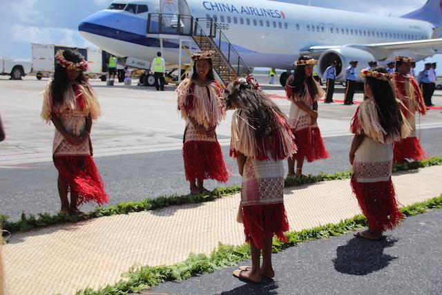蔡英文總統抵達馬紹爾群島,總統海妮於機場舉行歡迎儀式。(鄧佩儒攝/台灣英文新聞)