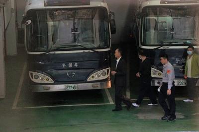 北檢上午提訊在押的趙藤雄(左)等人,移送至台北 地方法院審理。中央社