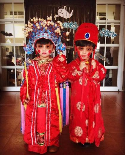 Couples of kids dressed in Chinese wedding costumes (Image source: 爆廢公社)