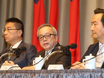 行政院針對慶富案成立專案小組,由副院長施俊吉(中 )擔任召集人,2日下午舉行記者會說明調查結果。中央社
