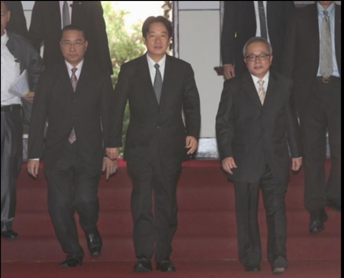 行政院長賴清德(中)6日上午在副院長施俊吉(前右)、發言人徐國勇(前左)陪同下,召開記者會,說明政府政策。中央社