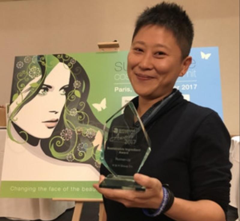 台灣和和實業公司出口部經理劉芸,在巴黎永續美妝獎頒獎典禮中,獲頒永續原料獎亞軍。中央社
