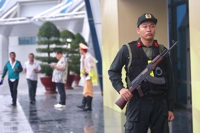 APEC國際媒體中心外維安嚴密,門前的安全人員荷槍實彈。中央社