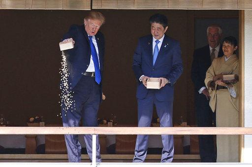 雖然川普第一站的日本行沒有太多收穫,卻看得出來他很滿意這兩天的接待。美媒Quartz稱讚安倍給了一次「大師級」水準的殷勤款待。(圖片來源: