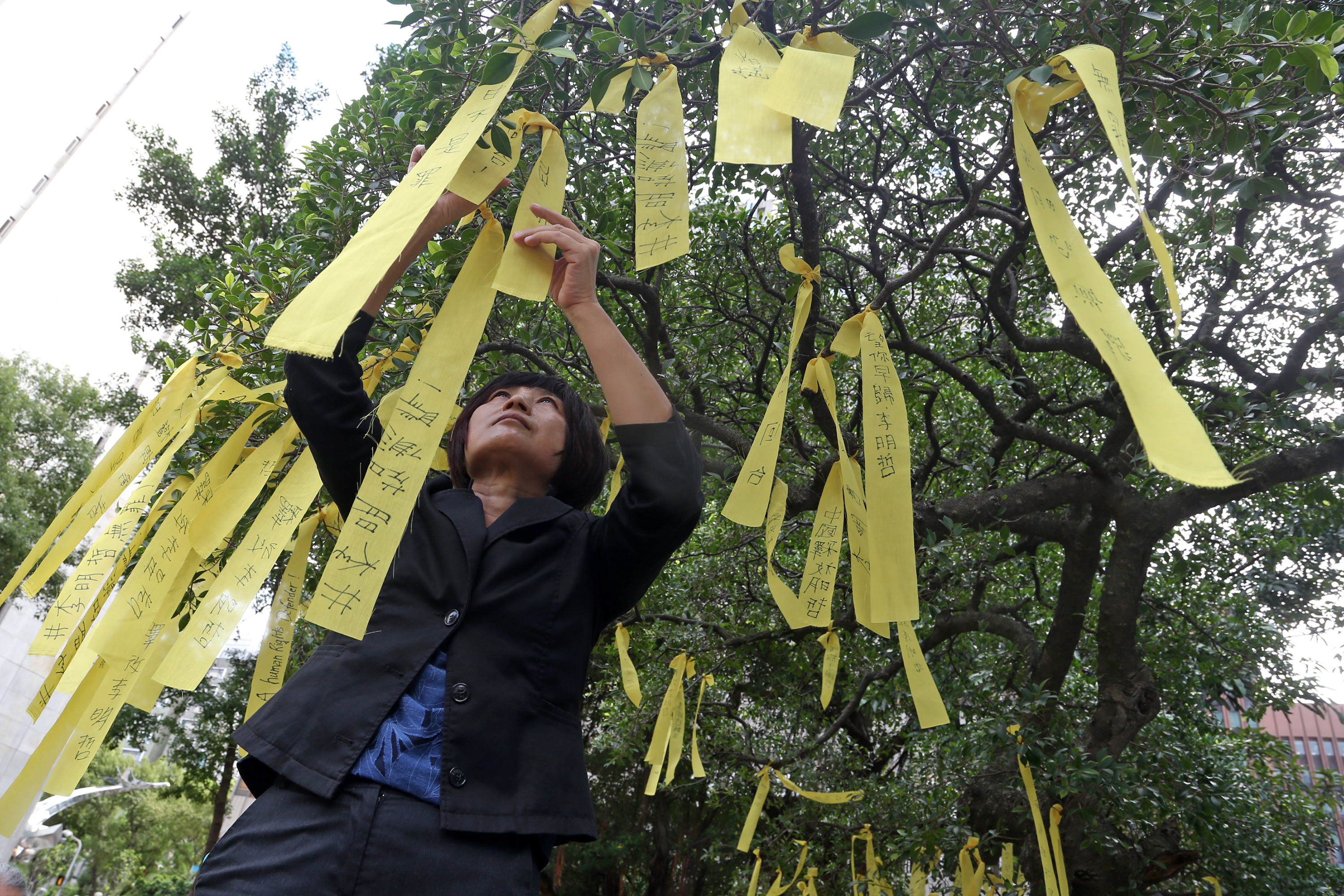 Tying yellow ribbons for Lee Ming-che.