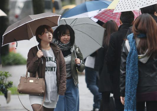 今(8)日東北風增強,迎風面北部、東半部有短暫雨,北台灣高溫比昨日下降攝氏5至7度。未來幾天天氣也將忽冷忽熱,提醒民眾注意溫差變化。