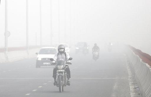 「這是一種令人噁心、嘔吐又疲累的感覺。」上圖為印度新德里的霧霾狀況。(圖片來源:AP)