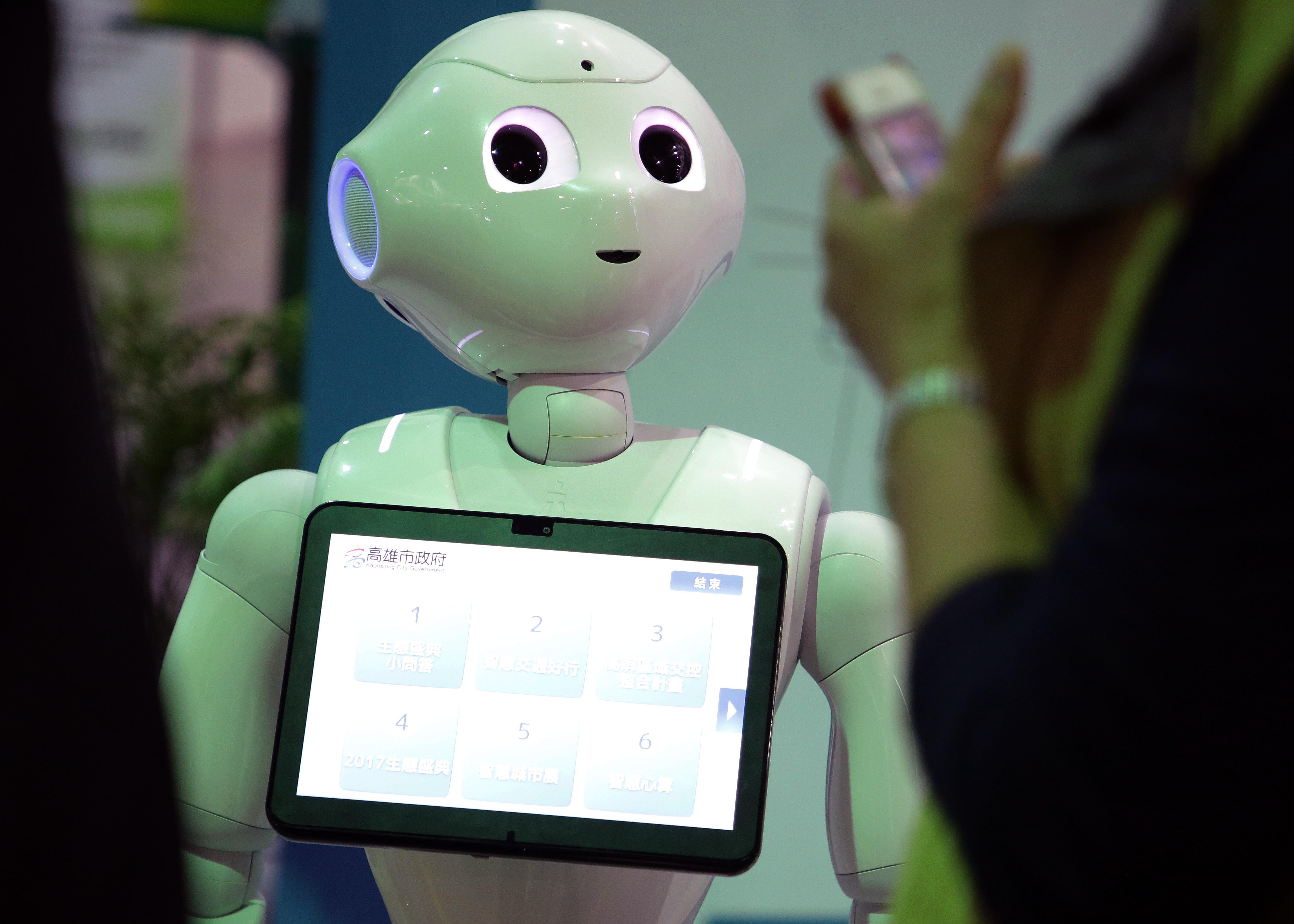 照片為「2017智慧城市展」活動現場展示的智慧機器人。(照片由總統府提供)