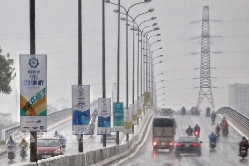 亞太經濟合作會議(APEC)高峰會10日登場,21國領袖將出席在越南峴港召開的APEC年度峰會。圖為從機場到媒體下塌的飯店路上,沿途可見A