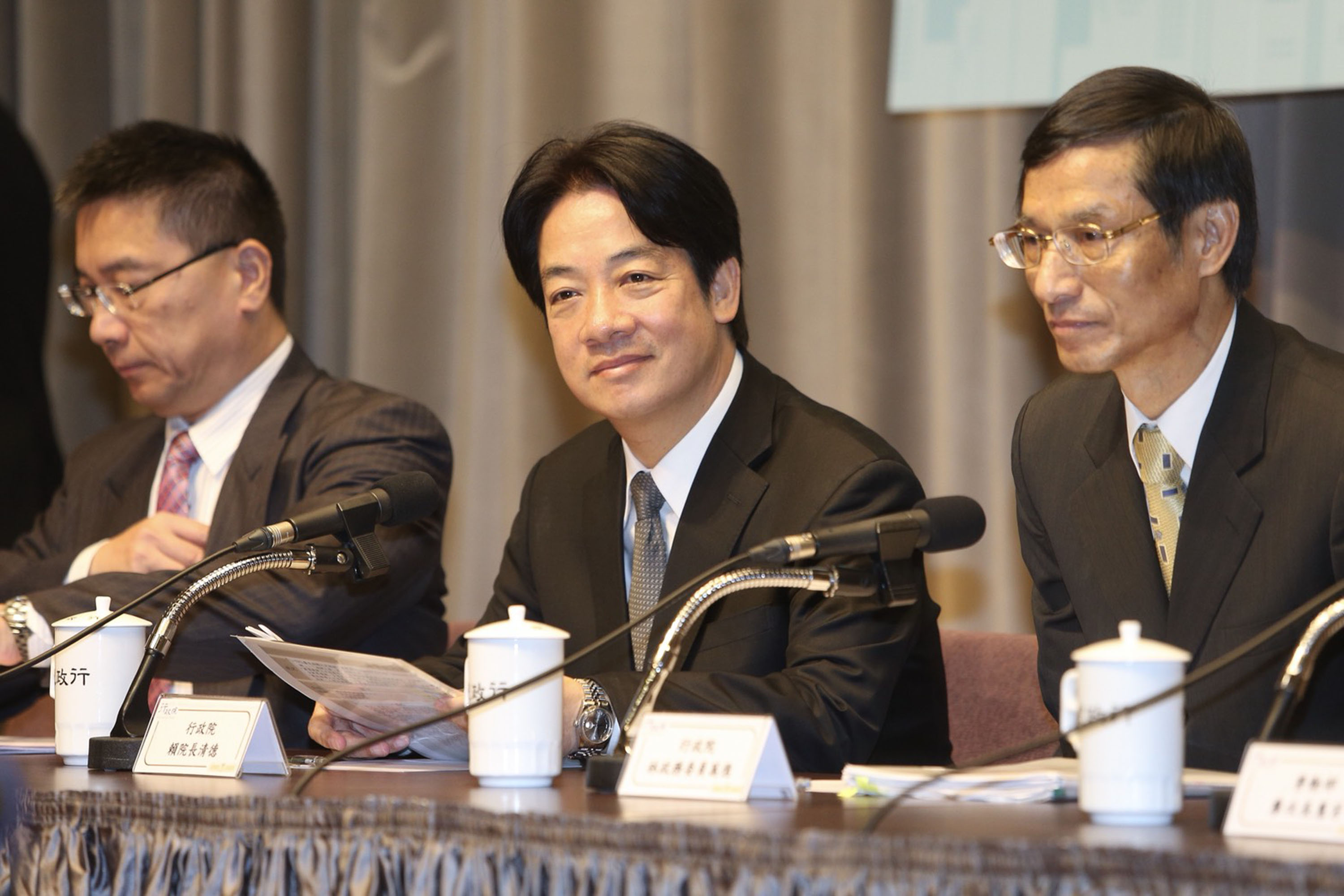 Premier Lai (center) with Minister without Portfolio Lin (right) and government spokesman Hsu Kuo-yung.