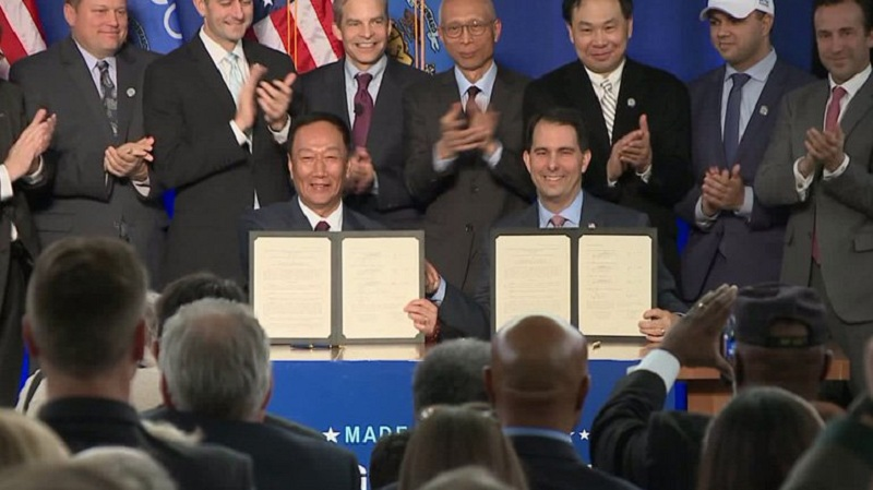 Foxconn CEO Terry Guo signs on Friday official contract for factory development deal with Wisconsin state governor Scott Walker.  (Source: Scott Walke